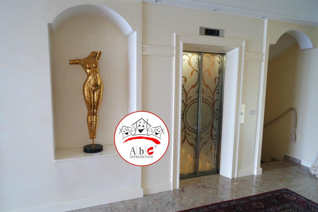 Villa ima tudi moderno notranje dvigalo.